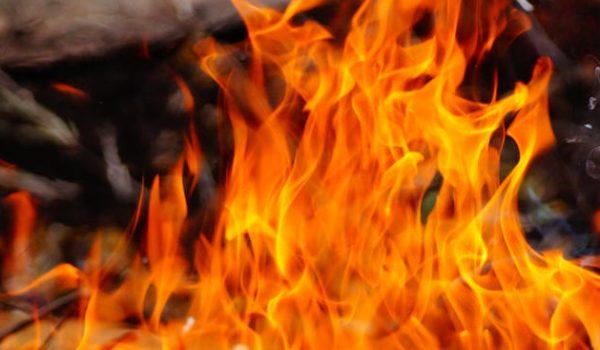 Adolescente en llamas dentro de gasolinera