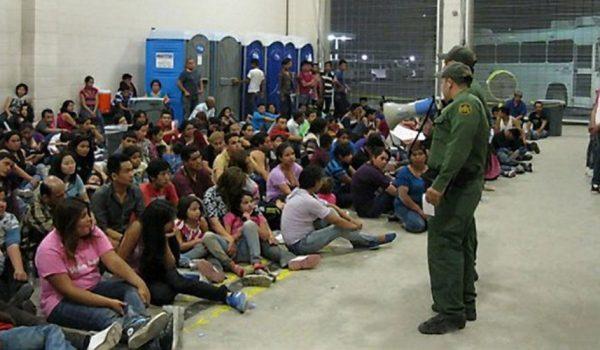 Cierran centro de detención en Texas por brote de gripe tras muerte de un menor migrante