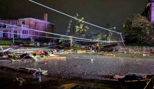 """Al menos tres muertos en Misuri. Un """"violento"""" tornado devastó Jefferson City, capital del estado"""
