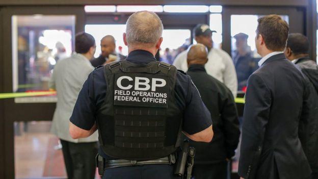 Una corte restringe la capacidad del Gobierno para revisar los teléfonos de los viajeros