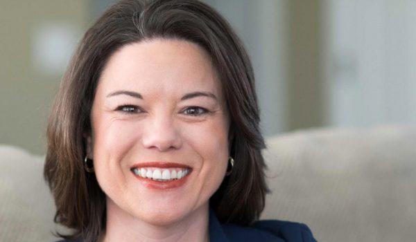 Angie Craig interpone demanda. Quiere que la elección sea en Noviembre