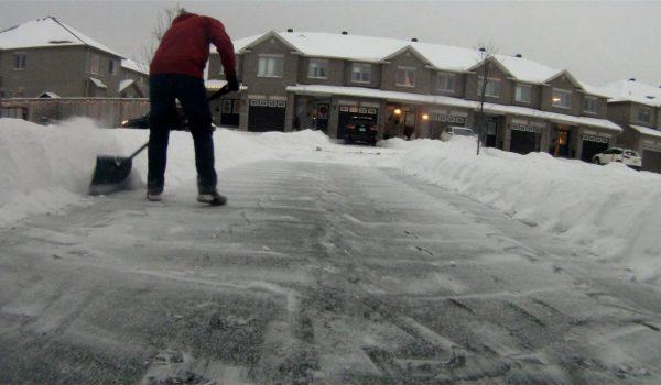 Buscan pillos casas con nieve en el driveway