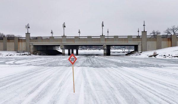 Sigue delgado el hielo; 2 vehiculos al agua en Prior Lake