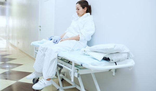 Retiran demanda trabajadores de salud que no querían vacunarse