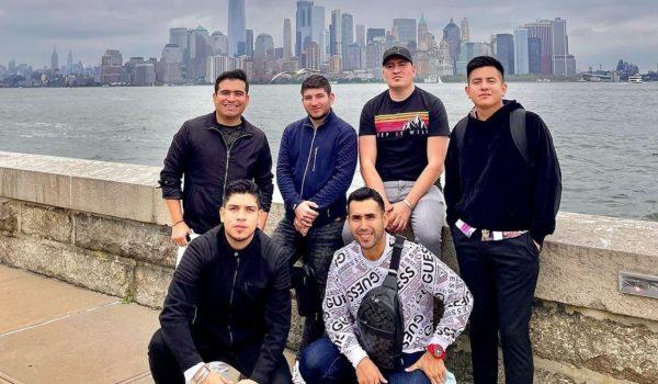 Integrantes de Banda Los Recoditos bailan en Nueva York.