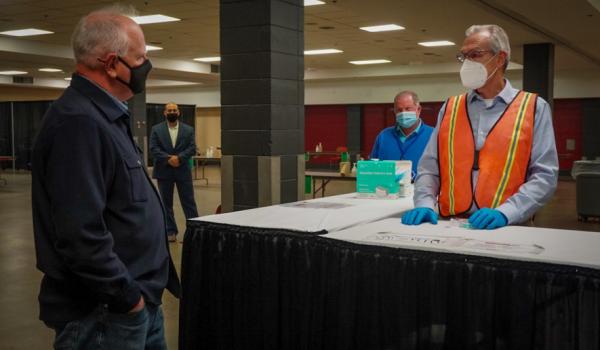 Anuncia gobernador Walz esfuerzos para enfrentar aumento en contagios, especialmente en jóvenes